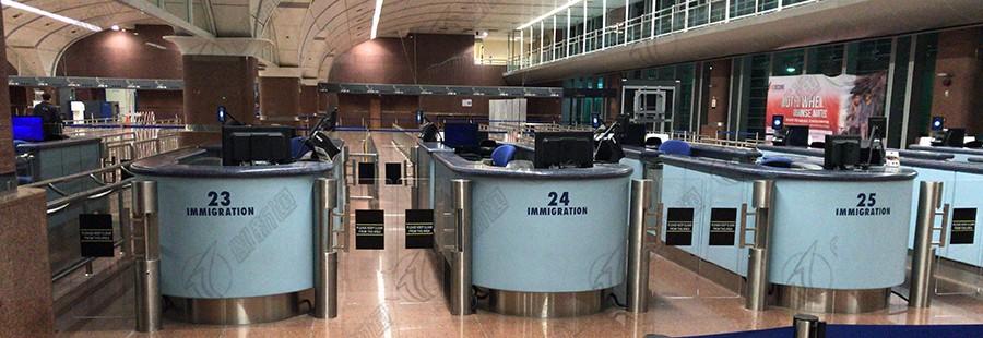 定制亚克力摆臂通道闸机新加坡到马来西亚关口案例