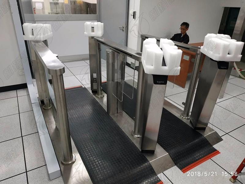 新加坡工厂使用创新通速通摆闸案例
